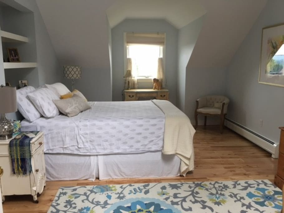 Quiet private Queen Bedroom with skylight, AC, views, full bath
