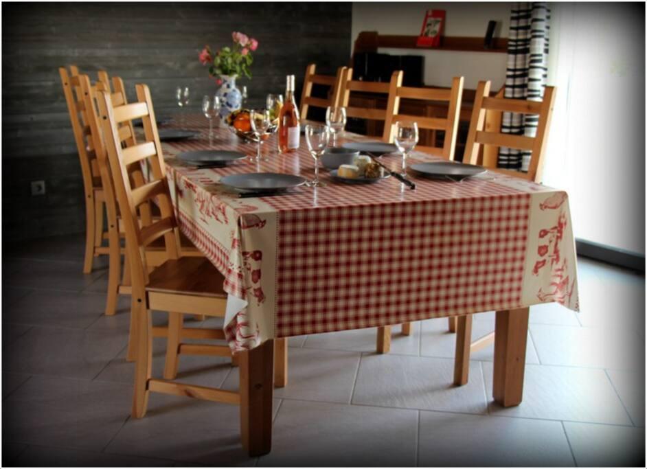 Salle à manger avec table extensible pouvant accueillir jusqu'à 10 personnes