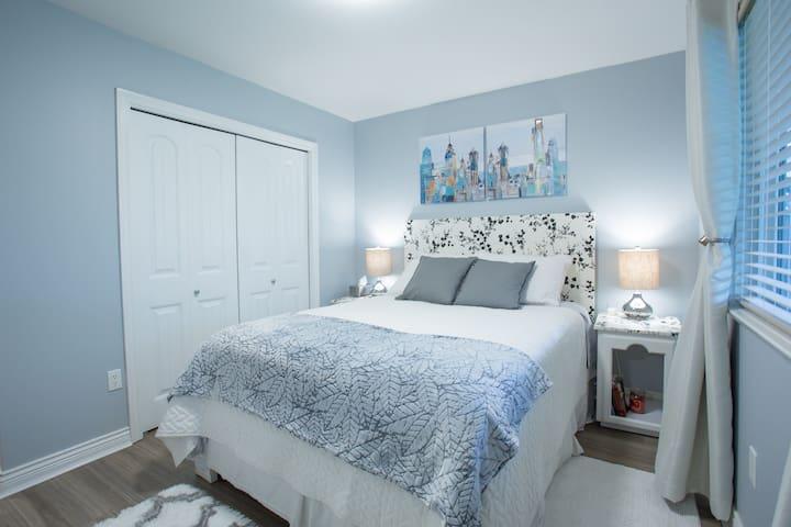 2 Cozy Red Bedrooms Suite