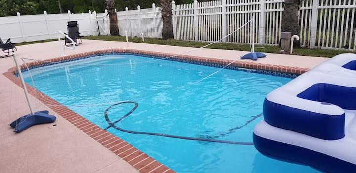 Cozy Wesley Chapel Accommodations for 2 with pool