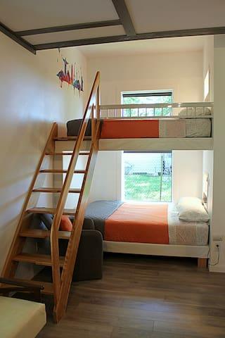 Deux lits (Queen) confortables qui peuvent servir de refuges pour lire ou regarder la télévision.