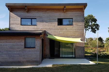 Chambre dans chaleureuse maison en bois