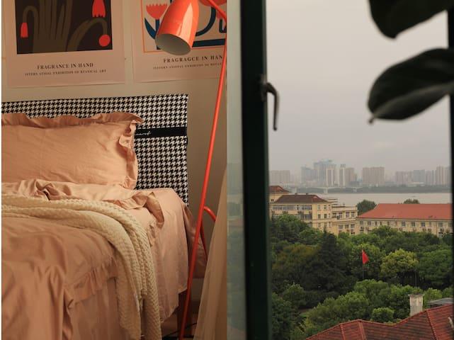 床上可俯瞰江景