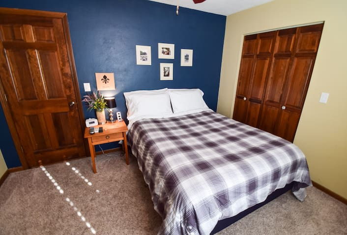 Comfy Queen bed - St. Louis/Scott AFB