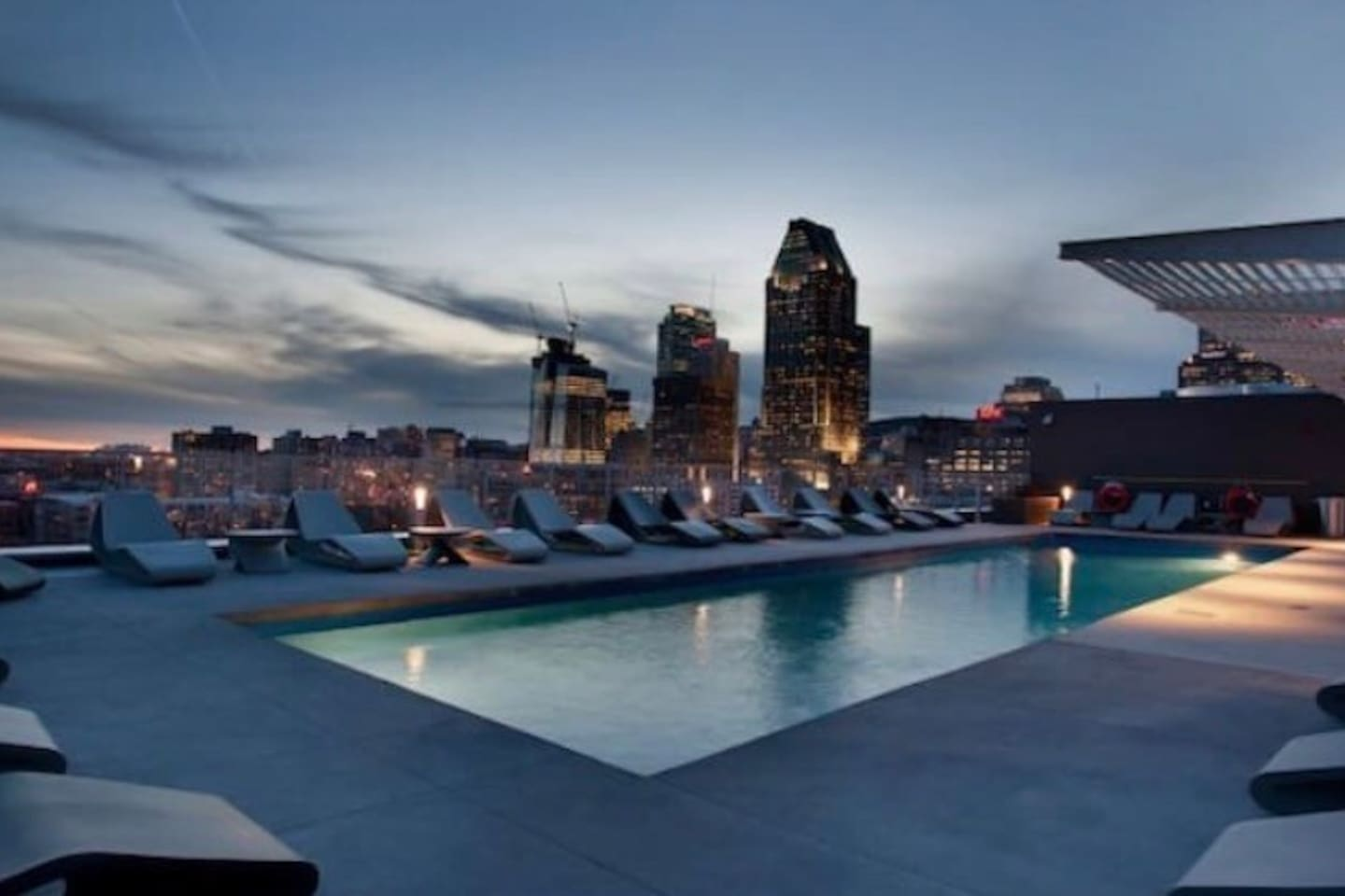 Rooftop pool / piscine sur le toit - vacation spot in the heart of the city.