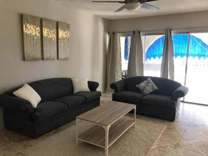 Large modern apt centrally located in Kingston