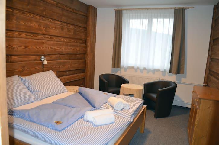 Příjemný pokoj s manželskou postelí v Kubově Huti