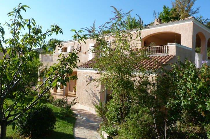 Suite parentale en villa,piscine, jardin,terrasses - Forcalquier - Huis