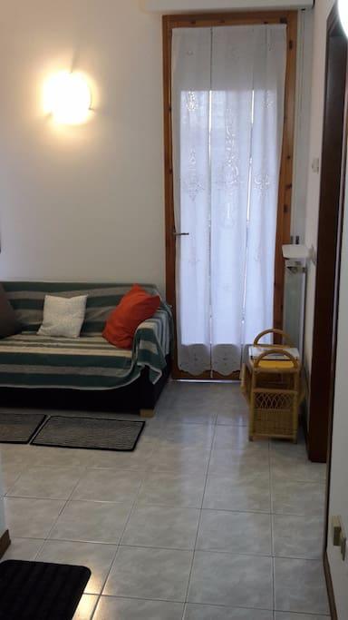 Ingresso appartamento (camera e bagno a destra - cucina a sinistra