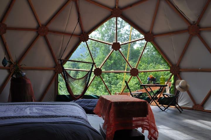 Au cœur des montagnes dans un dome