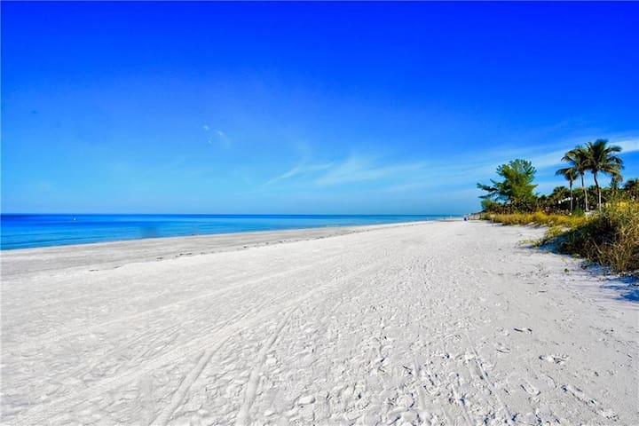 ❤️10 STEPS TO THE BEACH!❤️ ENJOY OUR ROMANTIC BEACH PARADISE!