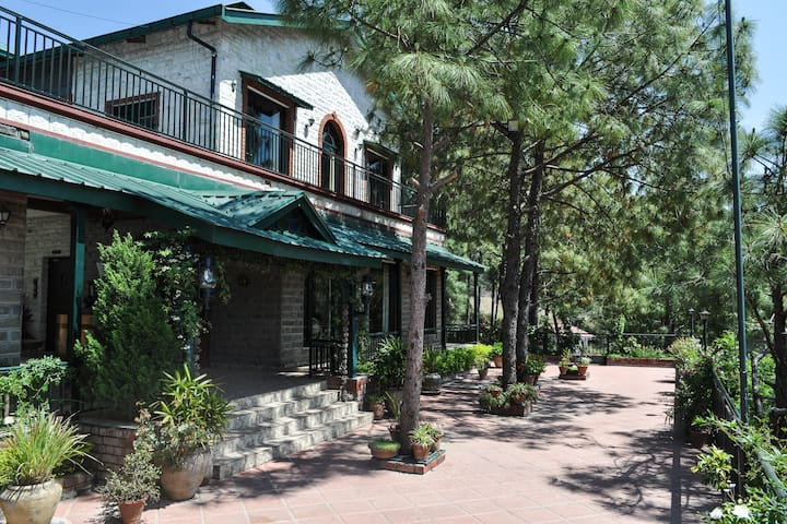 Large & spacious luxury hill villa... with a cook - Kasauli