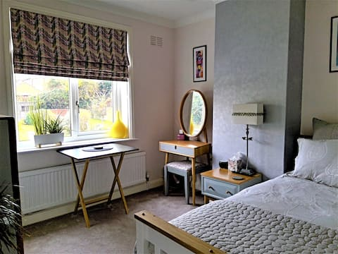 Stylish sunny double room & free parking,  Rushden