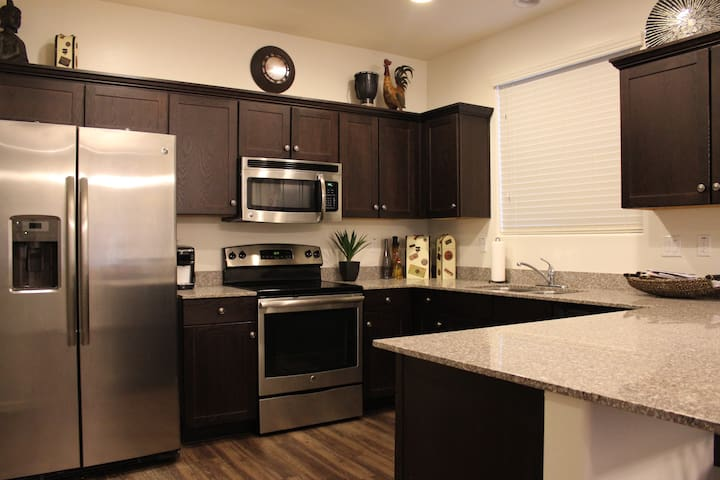 Shared Condo with Private Bedroom and Bathroom - Phoenix - Apartment