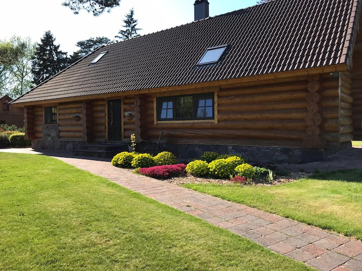 The gorgeous log house, that brings out the smile!