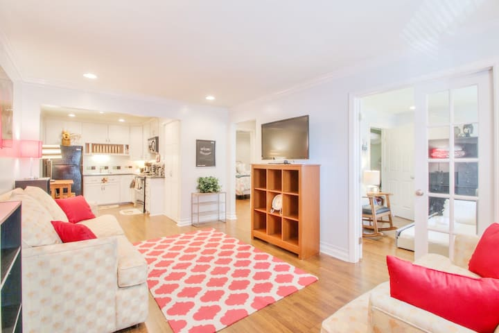 STYLISH DOWNTWN GETAWAY - 2 BLOCKS FROM BRAODWAY!