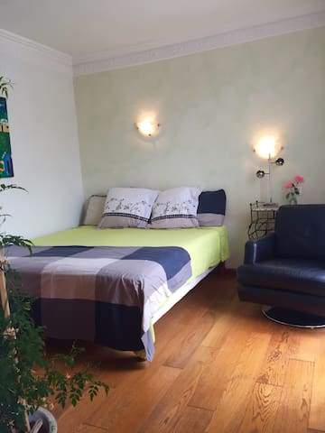 Private room and lovely patio 5min walk to beach