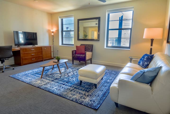 3 bed 2 bath apartment in heart of Downtown Dallas