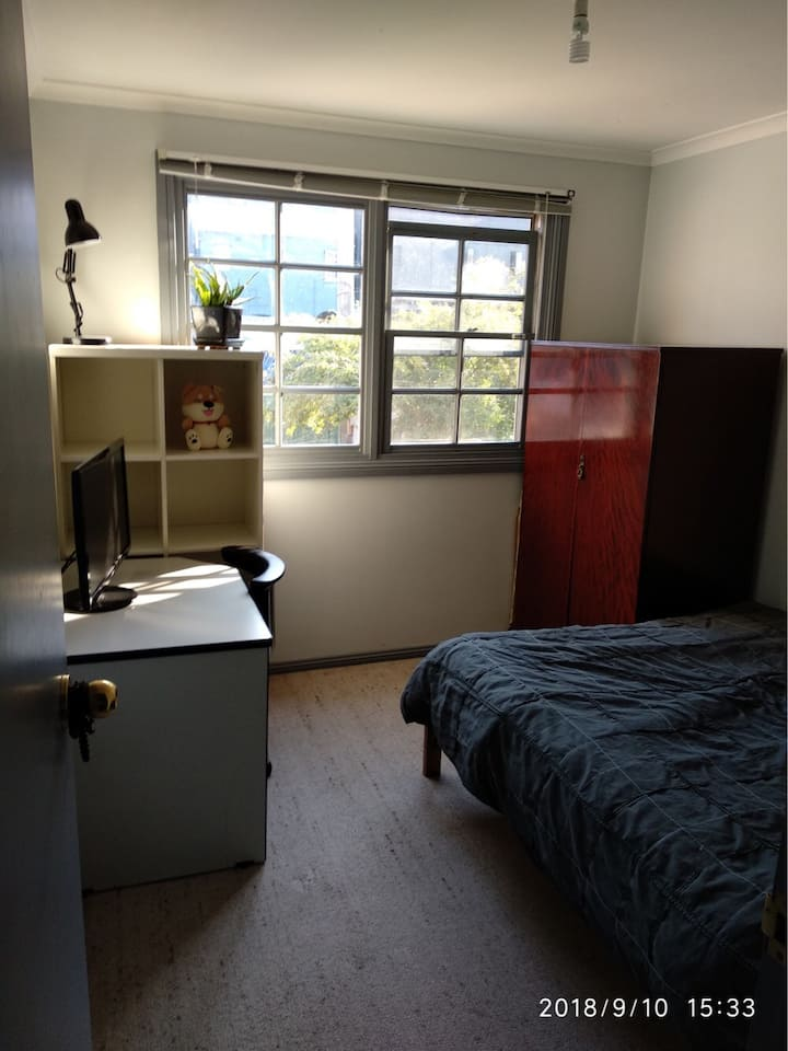 Sunny queen room in cosy Glebe terrace