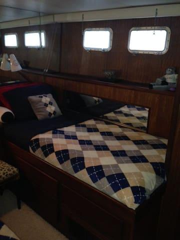 Luxury Starboard Stateroom - Edgewater - Bateau