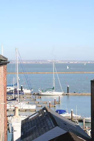 Flat D, Cowes, an apartment with amazing views.