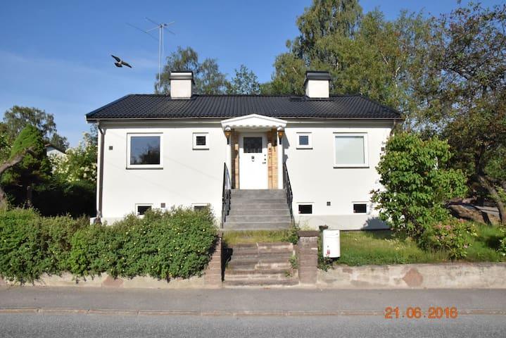 2 av 6 rum (vänster del), villaidyllen Örby/Älvsjö - Stockholm - Villa