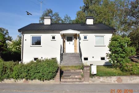 2 av 6 rum (vänster del), villaidyllen Örby/Älvsjö - สตอกโฮล์ม