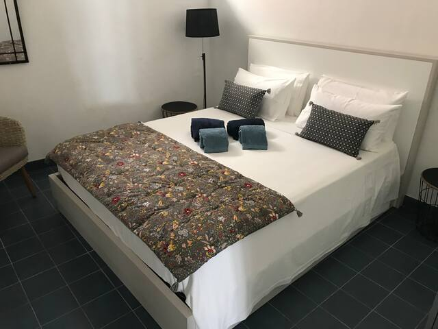 Chambre grand lit.