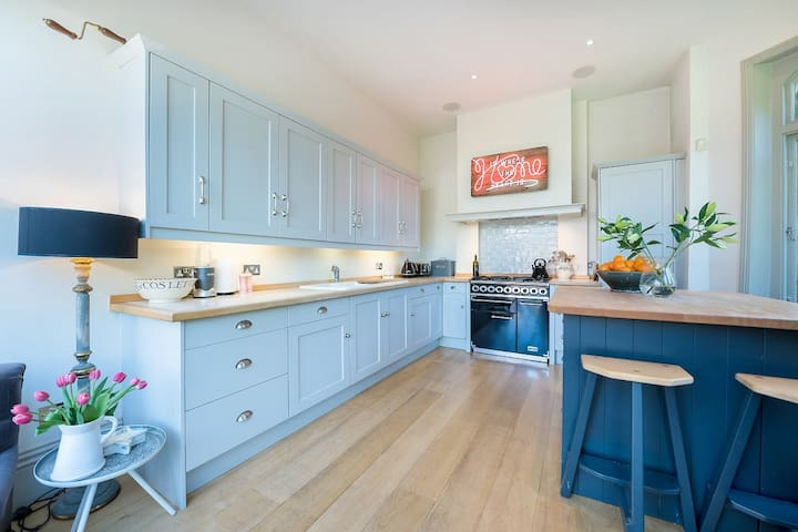 Attractive 5BR Wandsworth House with Pool (Veeve)