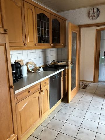 Komplett eingerichtete Landhausküche mit gehobener Ausstattung (Granitspülbecken, Miele-Spülmaschine, etc.)