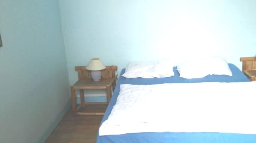 BEDROOM for 2 persons. COSY ! bed: 1,40 x 2,00 m Our blue room  Das kleinere SCHLAFZIMMER f. 2 PERSONEN.  Gr. FENSTER ,Blick auf d. alten Baumbestand. GEMÜTLICH !  La 2nd CHAMBRE  (2 PERS. /1 lit 1, 40x2,0m) Grande fenetre. Vue sur les grandes arbres