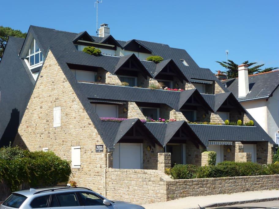 La résidence de la Plage : 2° appartement au rez-de-chaussée (volet ouvert)