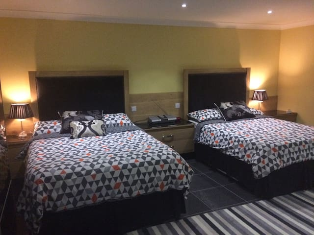 Lovely modern double room with ensuite facilities. - Holton - Casa