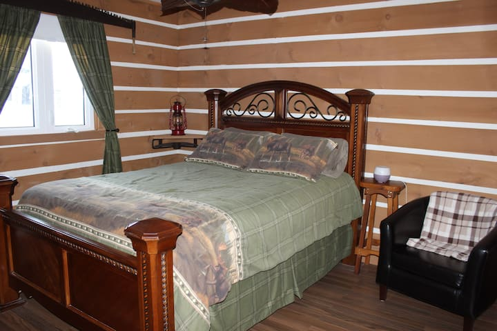 """""""Ratter Relax At The Lake"""" - Log Cabin room"""