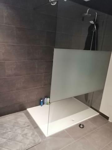 Douche in de badkamer