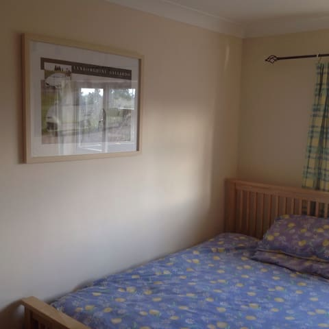 Double room, bright, in large four bedroom house