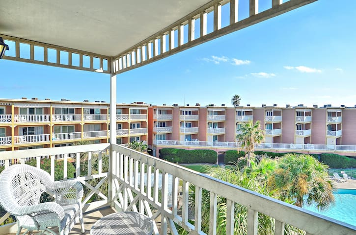 The Victorian 9306 - 1/1, sleeps 6!  Fantastic views of beach and pool.