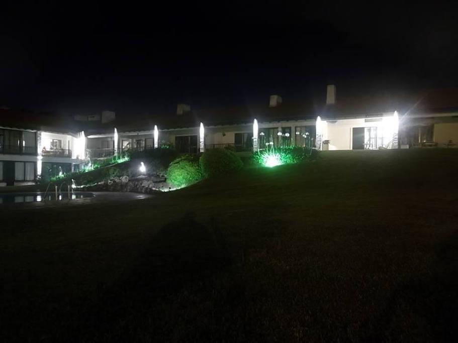 vista nocturna edificio draga inn