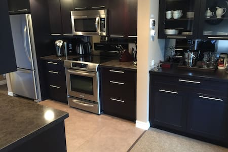 Classy 3 bdrm Condo  walk from Blue Village - The Blue Mountains