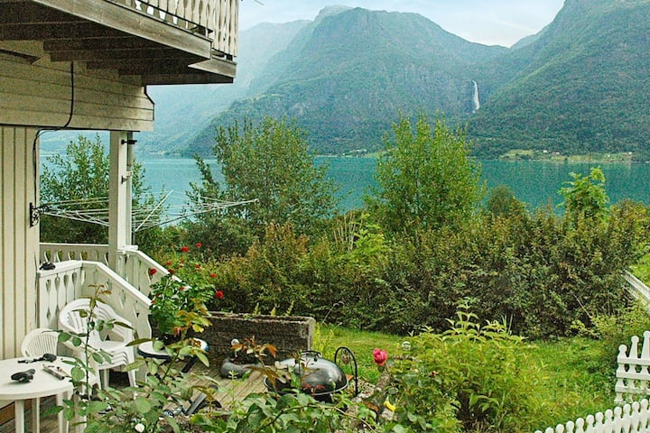 4 person holiday home in Høyheimsvik