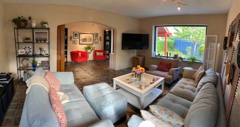 Bright & cheerful 4 bedroom home with hot tub