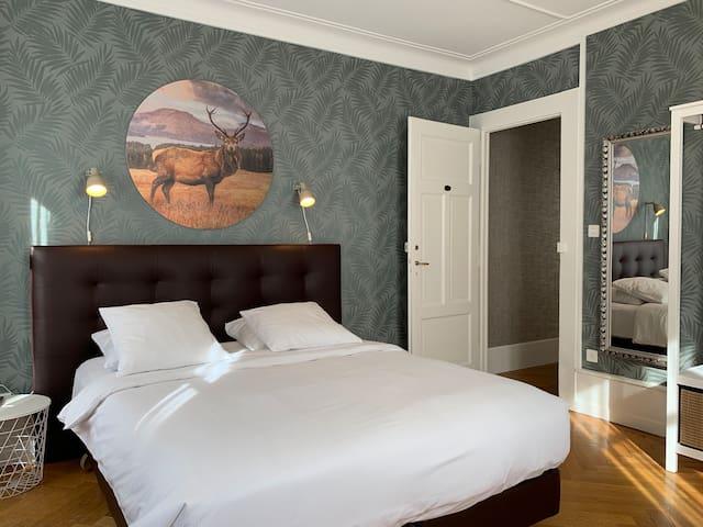Grande chambre climatisée avec TV et petit balcon