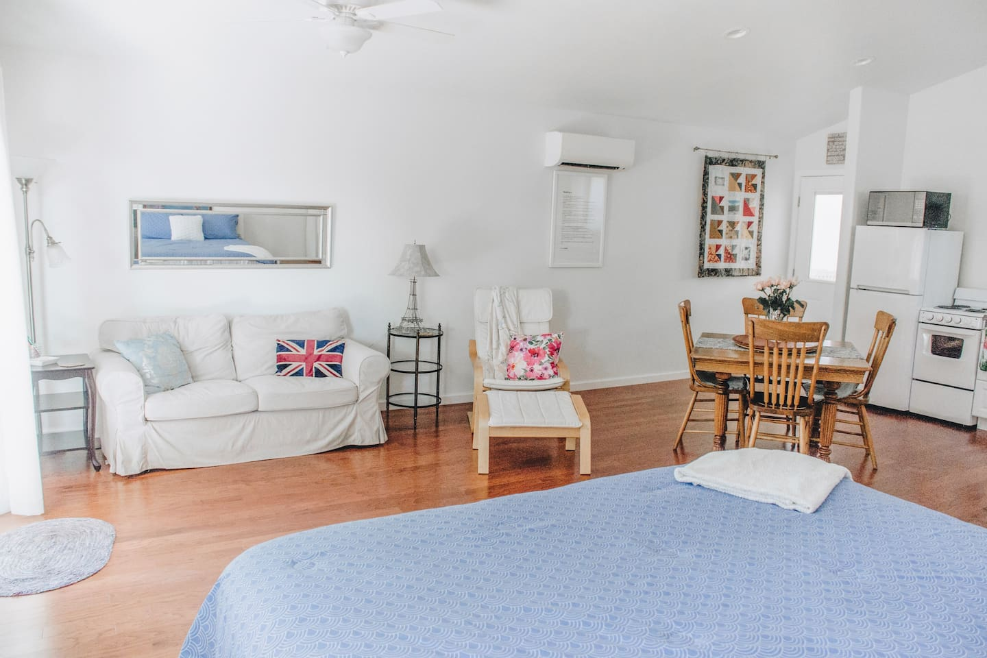 Charming, immaculate, spacious studio in private, park like setting