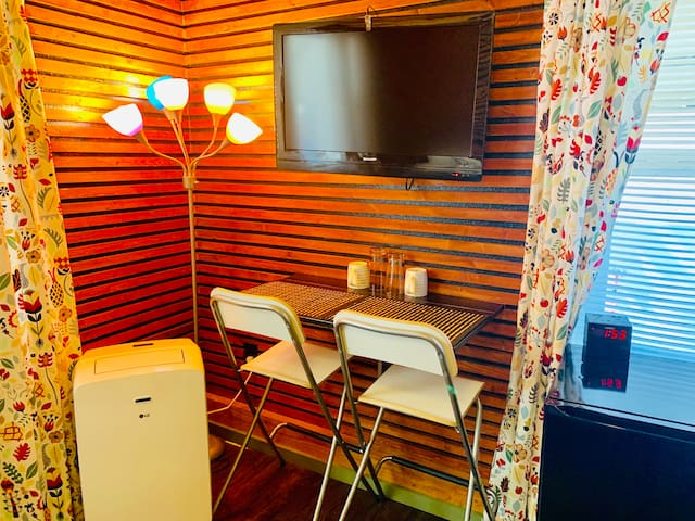 Exactly as advertised. Really nice space with fun but tasteful theme. The host was extremely responsive and got me an ironing board when I needed it within minutes. 100% would stay here again! Kevin