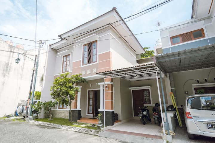 Quiet Town House for Family and Group Vacation