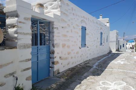 ΠΑΡΑΔΟΣΙΑΚΗ ΚΑΤΟΙΚΙΑ - TRADITIONAL HOME