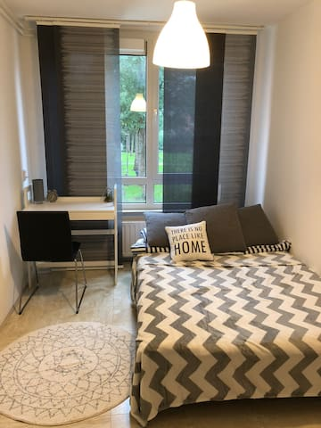 Modern and cozy room 20 mins by metro from centre