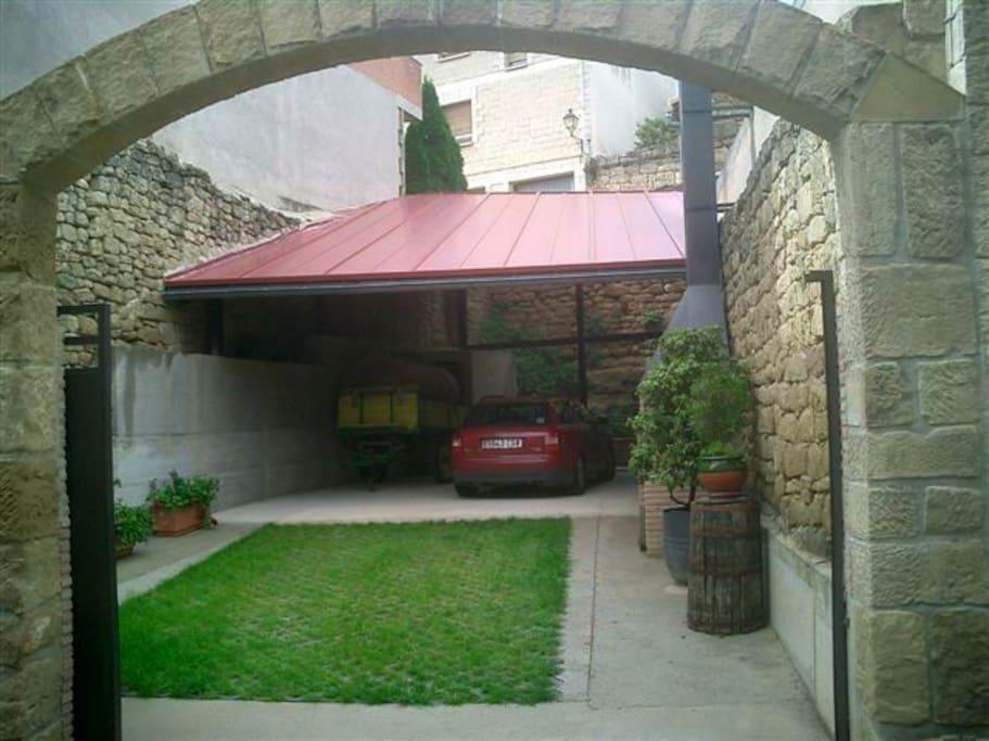 garaje para 3 vehículos y asador