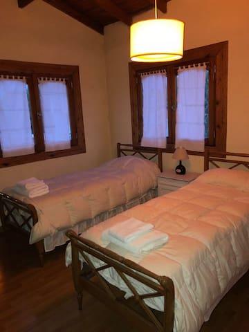La habitación cuenta con dos camas individuales, de querer cama matrimonial avisar en el momento previo a la reserva.