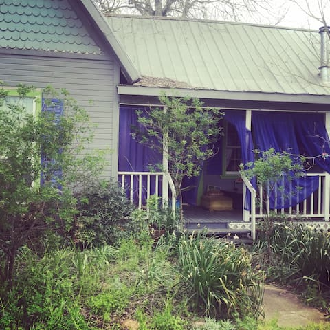 Botanical retreat cottage,  30 minutes from Austin